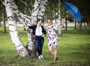 Pikkuduunia-hankkeen Kaisa ja Johanna poseeraavat Lakeustalon puistossa