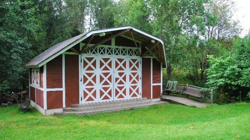 Alakestilän Arboretumin paviljonki on pieni punainen puistopaviljonki.