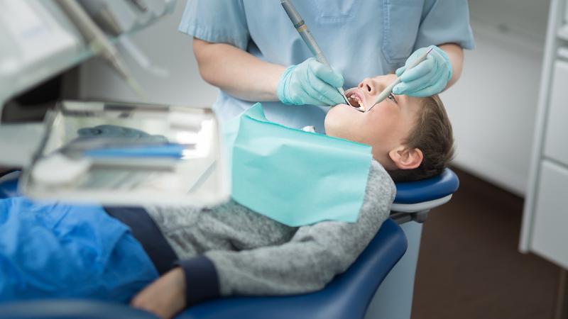 Hammaslääkäri tarkastaa lapsen hampaita