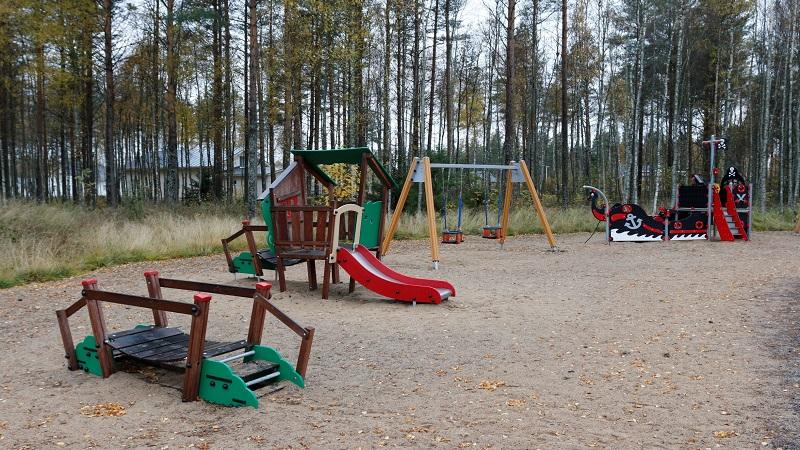 Saunapeikon leikkipuistossa on kiikkuja, liukumäki ja myös muita leikkivälineitä lapsille.