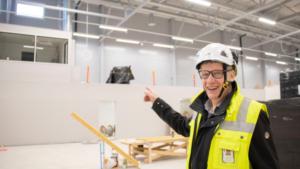 Tekninen johtaja Simo Pöllänen osoittaa toisessa kerroksessa sijaitsevaa toimitsijatilaa.