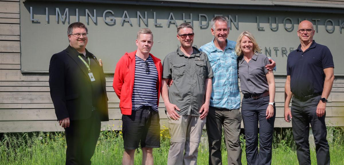 Nigel Marven seurueineen Liminganlahden luontokeskuksen edessä.