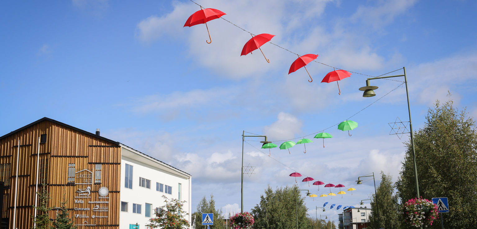 Koristesateenvarjot somistavat Liminganraittia LimmiFest-tapahtuman kunniaksi.