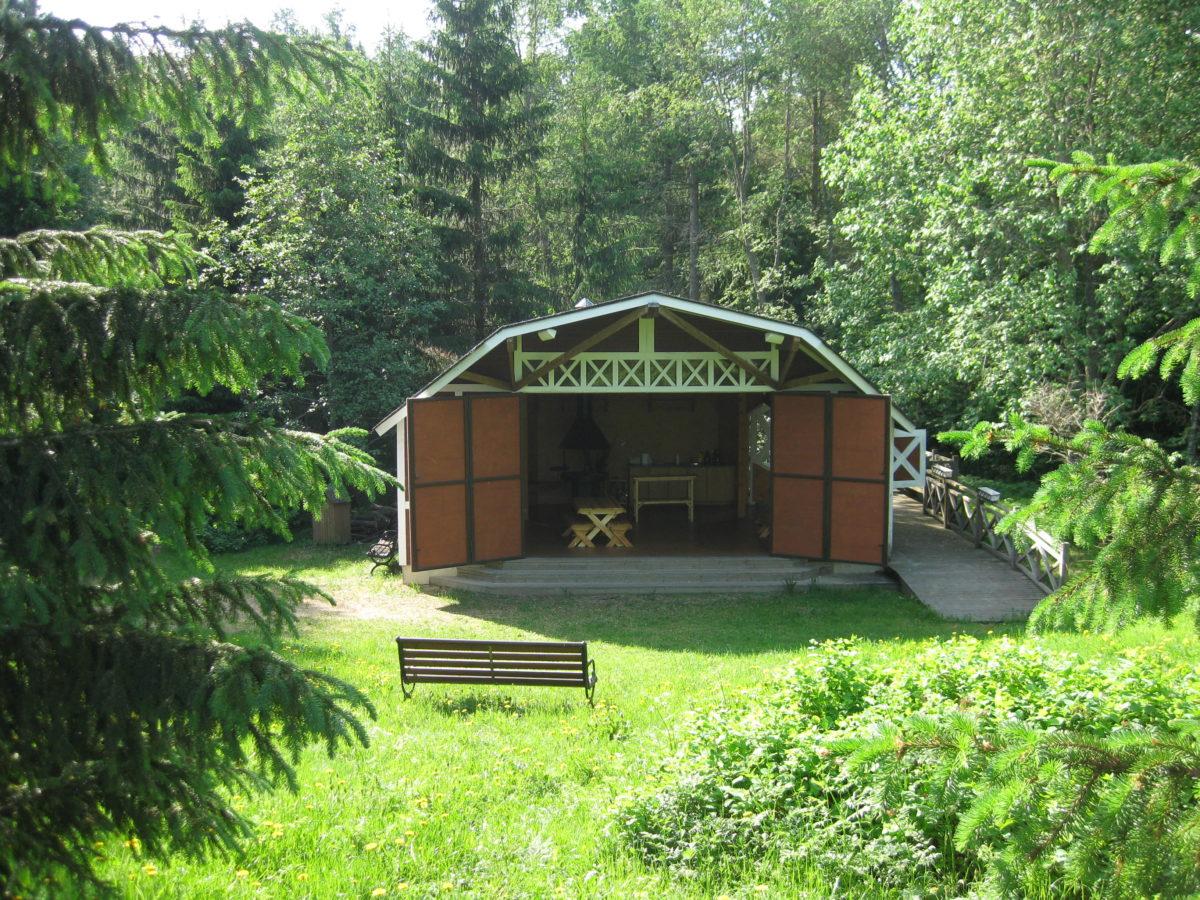 Puupuisto Arboretumin puinen lava, jonka ovet ovat auki.