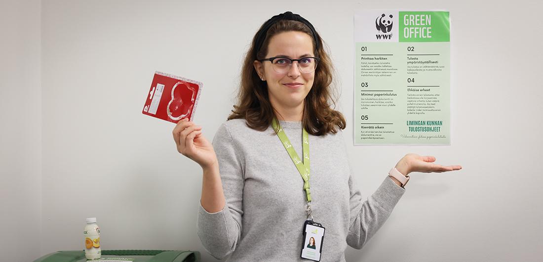 Katariina Huikari esittelee Green office -ohjeistusta.