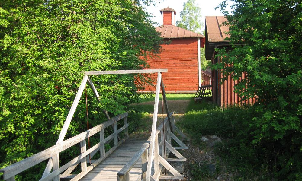 Vilja-aitta ja silta museoalueella