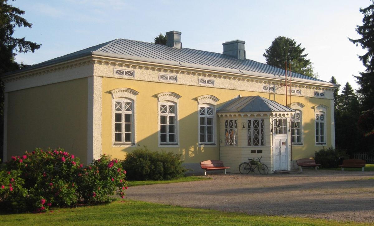 Vilho Lampi -museo, keltainen kivikoulu.