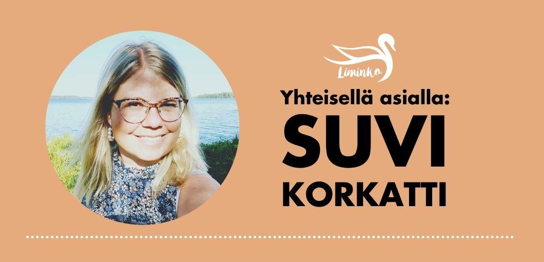 Vaaleahiuksinen nainen hymyilee Limingan kunnan logolla varustetussa käyntikortissa, jossa lukee: Yhteisellä asialla: Suvi Korkatti.