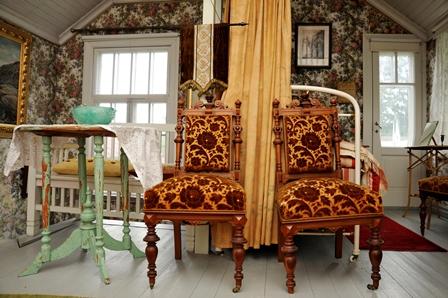 Aappolan sisustusta, kaksi koristeellista tuolia.