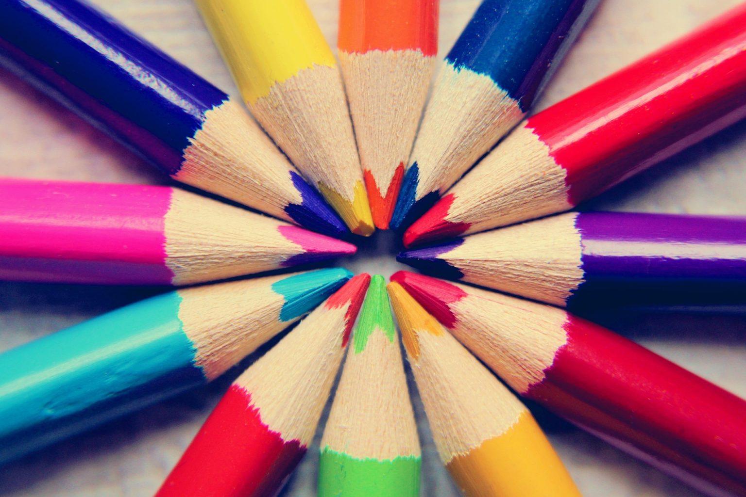 Värikynät aseteltuna ympyräksi.