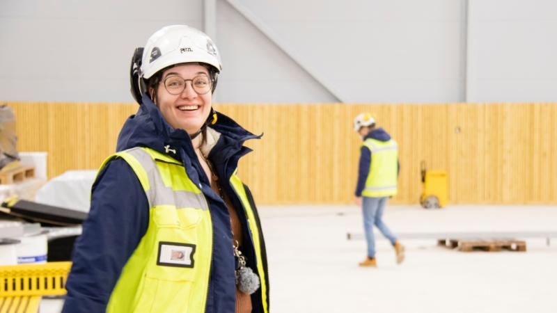 Rakennusinsinööri Silja Syri työmaakäynnillä Limingan urheiluhallilla.
