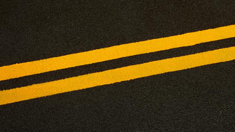 Maantien keltainen keskiviiva.